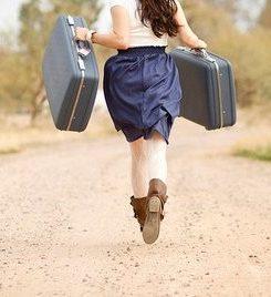 Mulher carregando duas malas